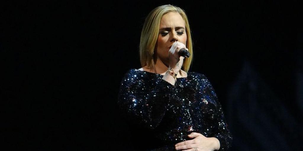 Adele remonte sur scène pour le mariage de sa meilleure amie — REGARDEZ