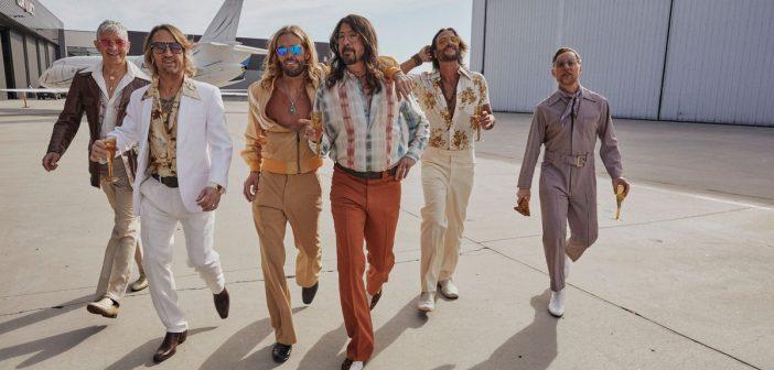 Le temps d'un été, les Foo Fighters deviennent les Dee Gees et s'offrent un album disco avec «Hail Satin» !