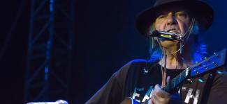 Un nouvel album acoustique de Neil Young arrive en décembre